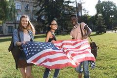 Amis multiculturels avec le drapeau américain Photo libre de droits