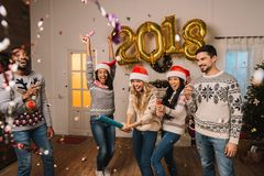 Amis multiculturels célébrant la nouvelle année Photographie stock