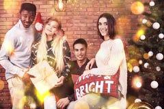 Amis multiculturels se reposant ensemble à la maison le réveillon de Noël Image stock