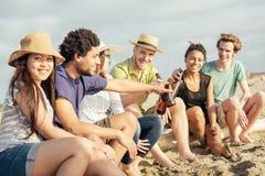 Amis multiraciaux à la plage Photographie stock libre de droits
