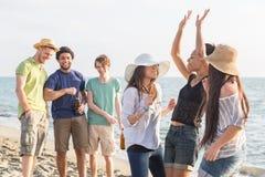 Amis multiraciaux à la plage Photos libres de droits