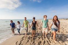 Amis multiraciaux à la plage Images stock