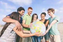 Amis multiraciaux à la plage Images libres de droits