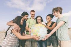 Amis multiraciaux à la plage Photo libre de droits