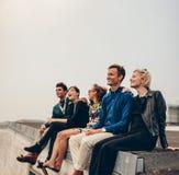 Amis multiraciaux appréciant sur la terrasse Photo stock