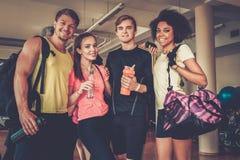 Amis multiraciaux après classe d'aérobic Photos libres de droits