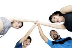 Amis multiraciaux après l'exercice sur le studio Image stock