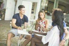 Amis multiraciaux au café Photo libre de droits