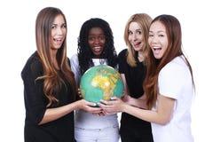 Amis multiraciaux avec un globe Image libre de droits