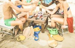 Amis multiraciaux ayant l'amusement au salon de cocktail de plage - été Image stock
