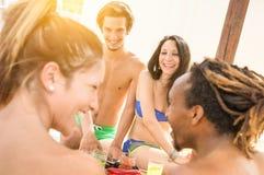 Amis multiraciaux ayant l'amusement véritable à la plage - concept d'été Photos stock