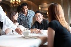 Amis multiraciaux dans le restaurant Photos stock
