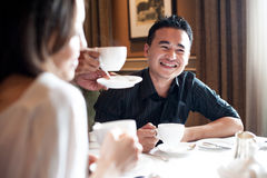 Amis multiraciaux dans le restaurant 5 Photos libres de droits
