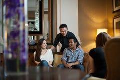 Amis multiraciaux dans le salon Photo libre de droits