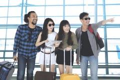 Amis multiraciaux dans le terminal d'aéroport Images stock