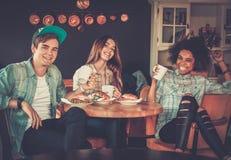 Amis multiraciaux dans un café Image stock