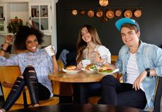 Amis multiraciaux dans un café Photos libres de droits