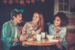 Amis multiraciaux dans un café Images libres de droits