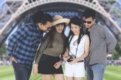 Amis multiraciaux heureux à Tour Eiffel Image libre de droits