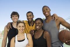 Amis multiraciaux heureux Photo stock