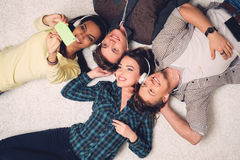 Amis multiraciaux heureux prenant le selfie Image stock