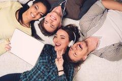 Amis multiraciaux heureux prenant le selfie Photographie stock
