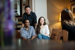 Amis multiraciaux souriant ensemble Image stock