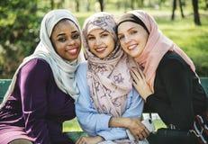 Amis musulmans prenant une photo ensemble Photographie stock