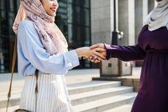 Amis musulmans se réunissant après travail Images stock