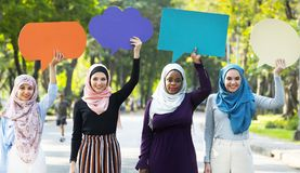 Amis musulmans tenant et tenant une bulle vide de la parole Photo libre de droits