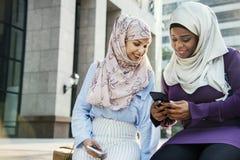 Amis musulmans traînant après travail Photos stock
