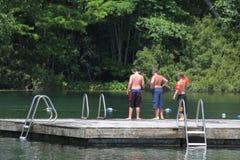 Amis nageant Image libre de droits