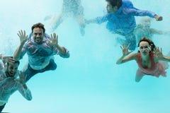 Amis nageant dans la piscine Photographie stock
