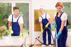 Amis nettoyant l'appartement Images libres de droits