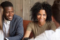Amis noirs heureux appréciant rencontrant des collègues en café Photo libre de droits