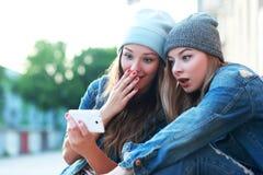 Amis observant des vidéos Photo libre de droits