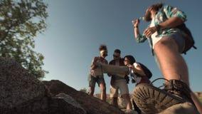 Amis observant la carte tout en augmentant Photographie stock libre de droits