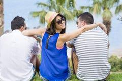 Amis observant la mer des vacances de mer d'été Photo libre de droits