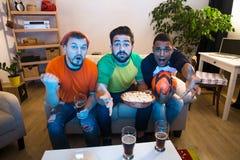 Amis observant la partie de football Image libre de droits