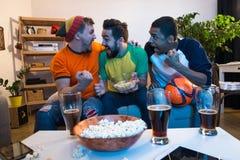 Amis observant la partie de football Images libres de droits