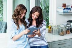 Amis observant la vidéo sur le comprimé numérique Image libre de droits