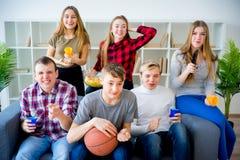 Amis observant le basket-ball Photo libre de droits