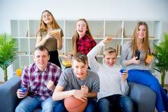 Amis observant le basket-ball Images libres de droits