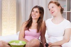 Amis observant le film Image libre de droits