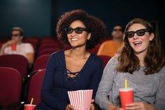 Amis observant le film Photo libre de droits