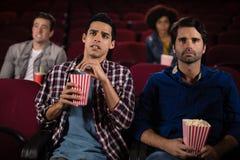Amis observant le film Images libres de droits