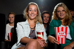 Amis observant le film au cinéma Photos libres de droits