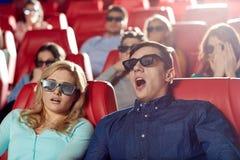 Amis observant le film d'horreur dans le théâtre 3d Photographie stock libre de droits