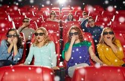 Amis observant le film d'horreur dans le théâtre 3d Images stock