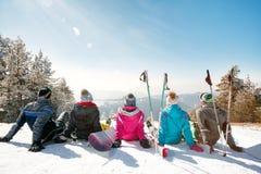 Amis observant le paysage de montagne Photos libres de droits